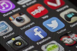 Corporate Blogs und Social-Media-Aktivitäten sollten miteinander verknüpft werden Bildquelle: https://pixabay.com/de/twitter-facebook-miteinander-292994/